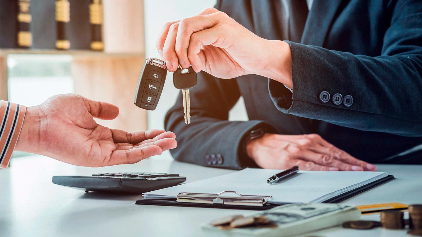Hombre adquiriendo llaves de auto después de seguir los consejos para la compra de seminuevos.