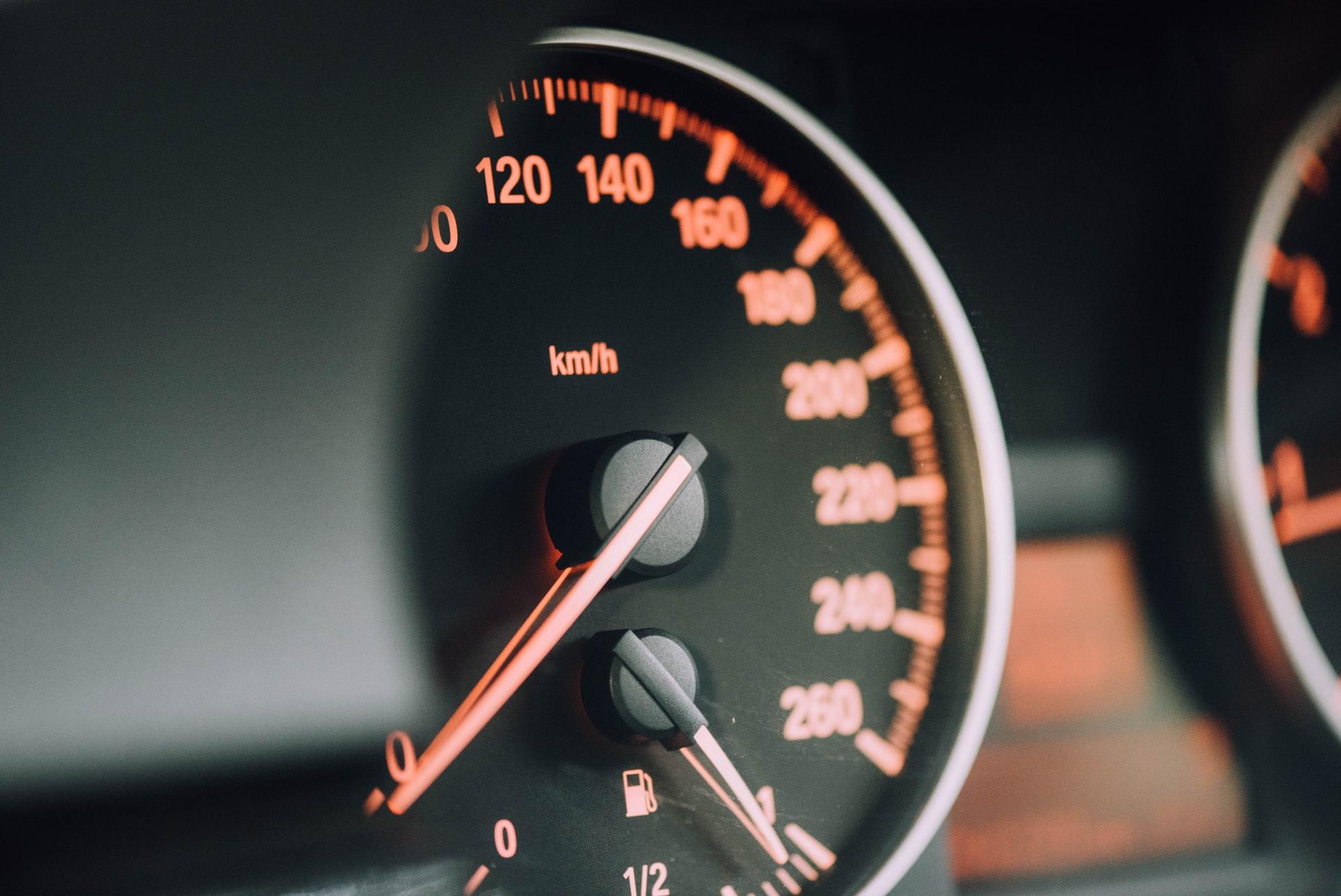 Kilometraje de auto usado siendo revisado como parte de los consejos Das WeltAuto.