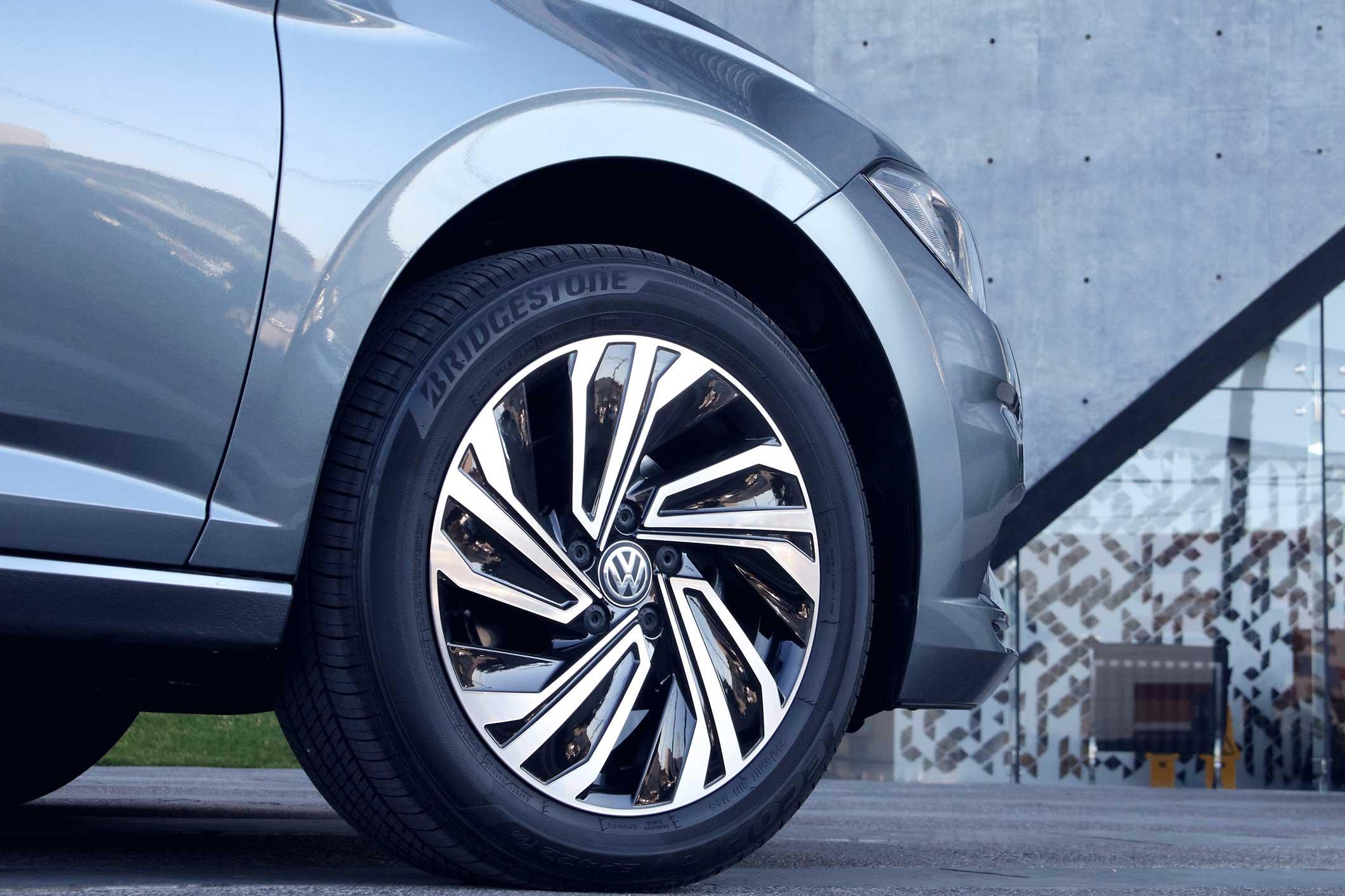 Imagen de auto Volkswagen con rines de aluminio en calle