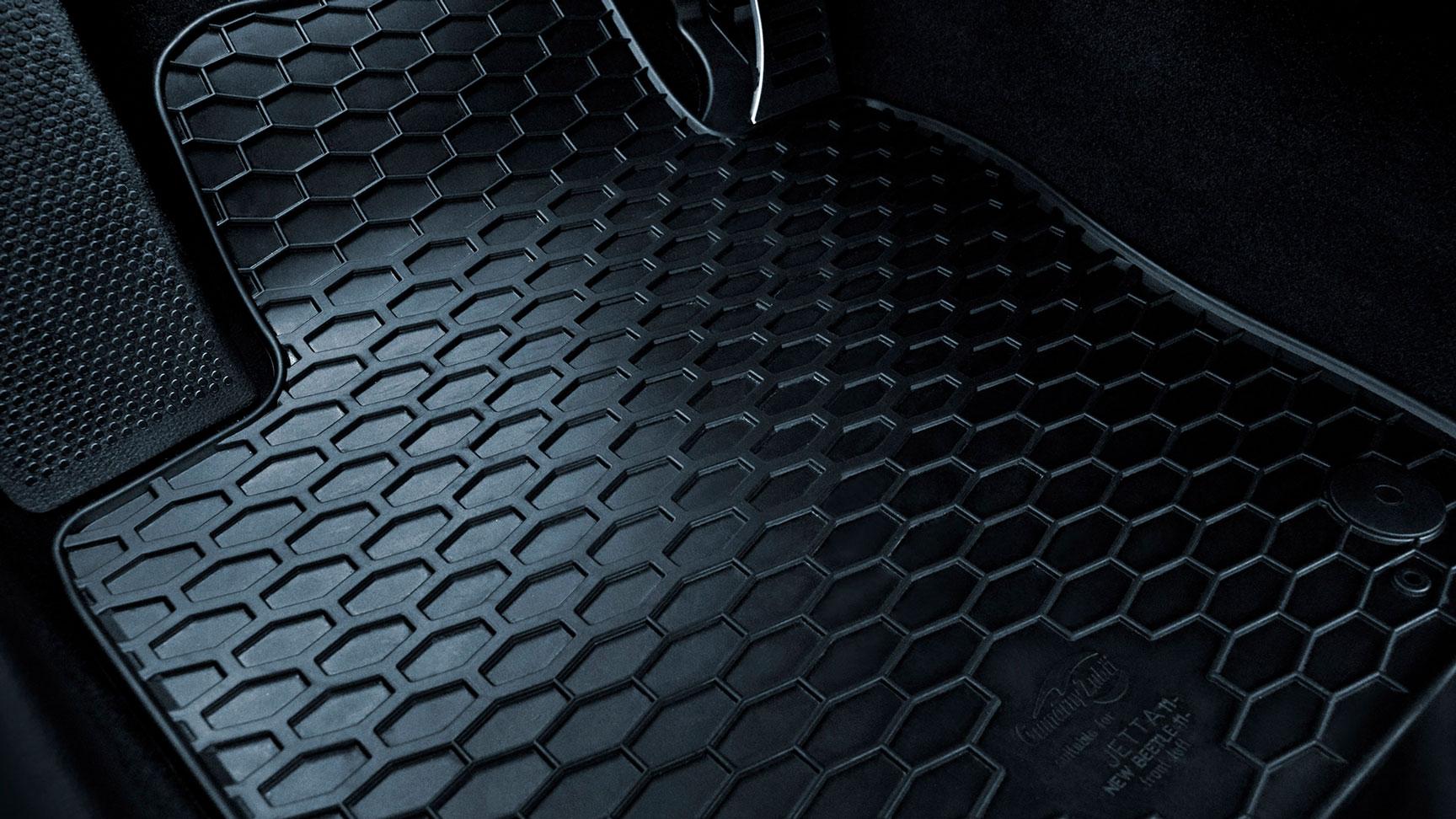 Tapetes originales Volkswagen de goma ajustables para Jetta A6, disponibles en Das WeltAuto